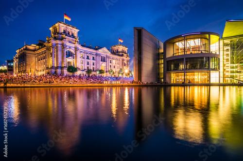Zdjęcie XXL Dzielnica rządowa w Berlinie z domem Reichstagu i Paula Löbe wieczorem