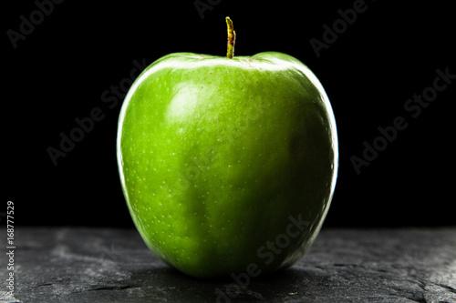 zielone-soczyste-jablko-na-ciemnym-tle