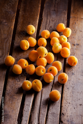 apricots-on-a-old-rustic-wooden-table-on-dark-background-in-studio