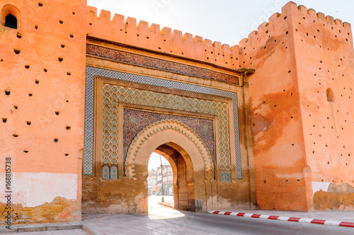 Bab Mansour Gate i El Hedime Place w Meknes, mieście w Maroku, które zostało założone w XI wieku przez Almoravidów jako osada wojskowa
