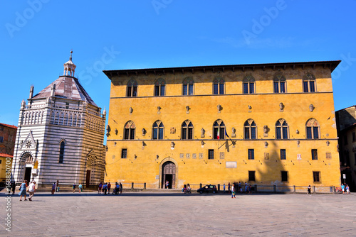Poster Artistique Square of the cathedral, Palace of the Podestà 'or Pretorio Built in 1367 today court on the Left the Baptistery Pistoia, Italy