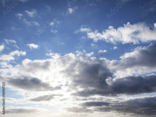 Nubes grises sobre el fondo azul del cielo/Grey clouds on the blue background of the sky