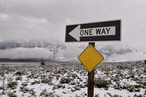 jednym-ze-sposobow-znak-drogowy-kalifornia-zima