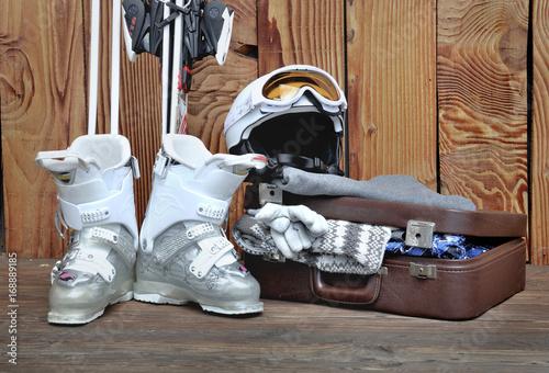 valise et équipement pour le ski sur terrasse en bois
