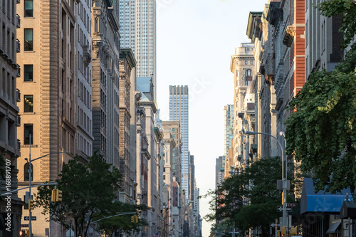 Photo  View down Fifth Avenue in Manhattan, New York City with historic buildings linin