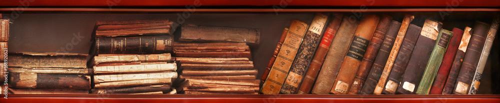 Fototapety, obrazy: Alte Bücher im Bücherregal