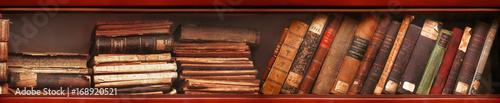 Alte Bücher im Bücherregal Fototapete