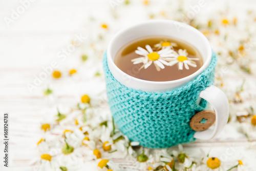 filizanka-herbaty-z-rumianku-w-udekorowanym-kubku