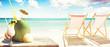 Sonnenliege mit Kokos und Cocktail am Strand