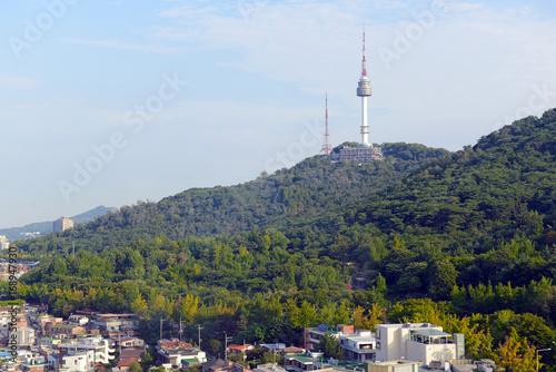 Zdjęcie XXL Namsan Mountain i Seoul Tower w mieście Seul w Korei Południowej położonym około 35 mil od strefy DMZ w Korei Północnej