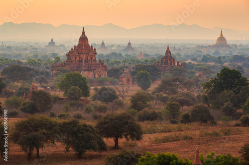 Photo  View from afar of the ancient pagodas (stupas) visible among rugged fields and t