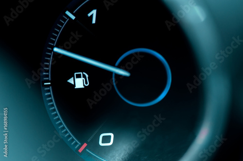 Fotografía  Close-up of the dashboard and fuel gauge in the car