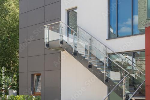 Deurstickers Trappen Modere Außentreppe aus Glas und Metall an einer Fassade