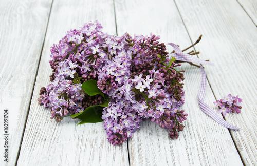 kwiaty-bzu-po-zerwaniu-na-jasnym-stole-z-desek