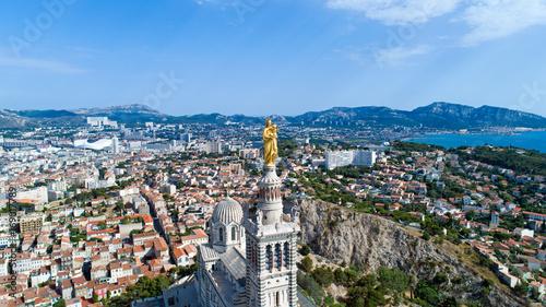 Fototapeta Vue aérienne sur Notre Dame de la Garde et la ville de Marseille
