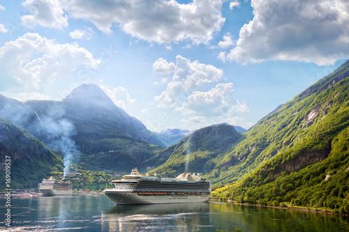 statki-wycieczkowe-zakotwiczone-w-geiranger-w-norwegii