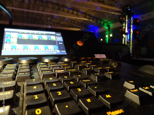 Lichtsteuerung A Professional Lighting Console For Small To Medium