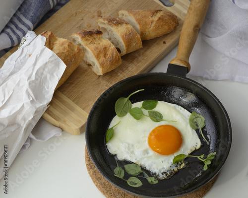 Foto op Plexiglas Gebakken Eieren Завтрак: яичница с зеленью
