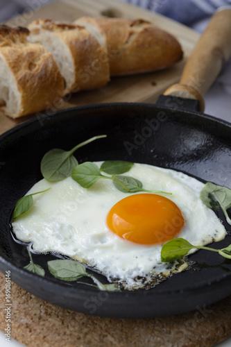 Foto op Aluminium Gebakken Eieren Завтрак: яичница с зеленью