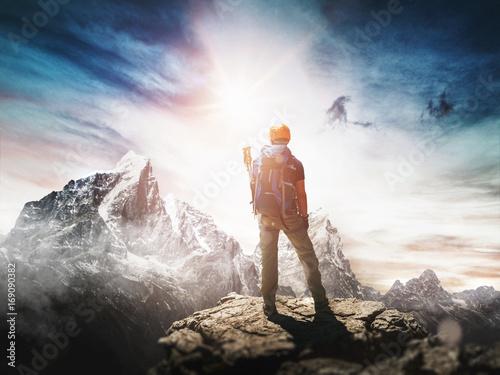 Canvas Prints Mountaineering Bergsteiger mit Helm steht auf Berggipfel. Konzept für Erfolg.