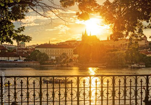Plakat Słoneczny kolorowy wieczór w Pradze. Widok na Zamek Praski z Wełtawy.