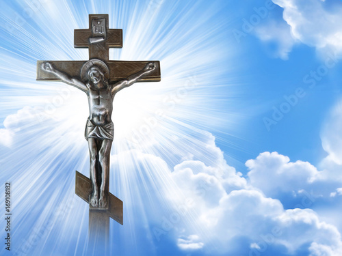 Photo Silhouette of the crucified Jesus Christ on the cross against the blue sky