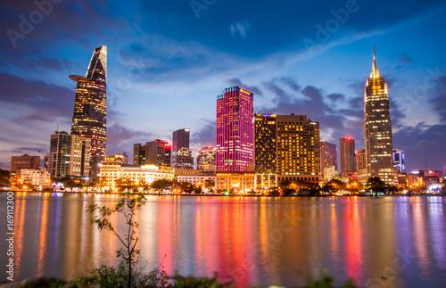 oswietlone-miasto-ho-chi-minh-w-wietnamie-wieczorowa-pora