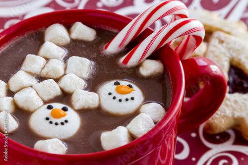 goraca-czekolada-z-cukierkami-i-piankami-w-bozonarodzeniowej-wersji