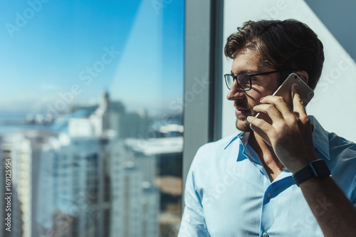 Fotografía  Closeup of a business investor talking on phone.