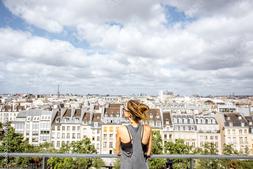 Papiers peints Paris Young woman enjoying great view on the beautiful skyline during the sunny weather in Paris
