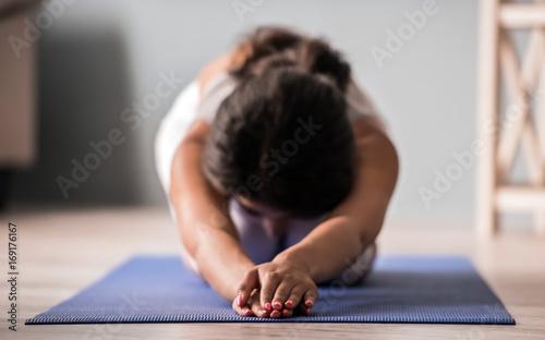 Fotobehang School de yoga Afro American girl doing yoga
