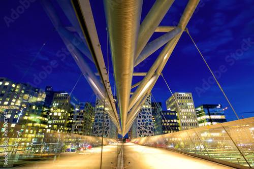 Photo  Akrobaten pedestrian bridge at dusk in Oslo, Norway