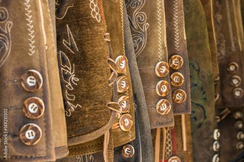 Foto Traditional austrian and bavarian leather pants (lederhosen), closeup of buttons