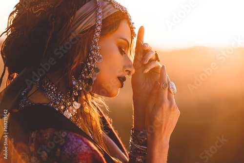 Photo sur Aluminium Gypsy sunset beauty portrait