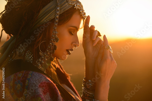 Photo sur Toile Gypsy gypsy woman in a desert