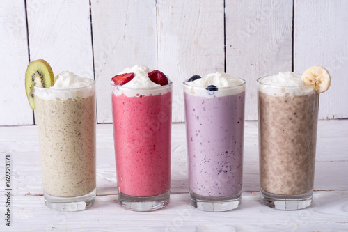 Stickers pour portes Lait, Milk-shake Milk shake with berries