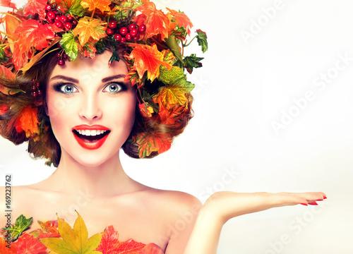 Plakat Jesień Piękno - kobieta mody Makeup Z Czerwonymi i żółtymi jesień liśćmi. Jesień wieniec na głowę dziewczyny. Emocje i niespodzianka na twarzy jesiennej dziewczyny