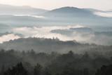 Wschód słońca nad Blue Ridge Mountains z mgłą, Asheville, Karolina Północna - 169226535