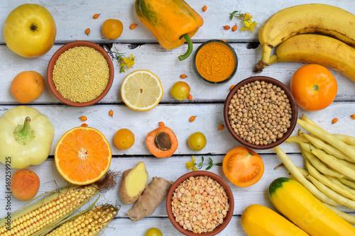 sklad-zolte-warzywa-fasola-i-owoce-banan-kukurydza-cytryna-sliwka-morela-pieprz-cukinia-pomidor-fasola-szparagowa