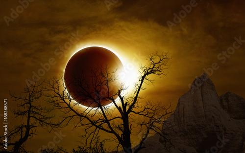 Keuken foto achterwand Diepbruine Total solar eclipse in dark glowing sky