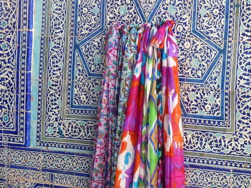 rivenditore all'ingrosso b5f5a 4be57 Tre foulard tradizionali colorati di seta appesi ad un muro ...