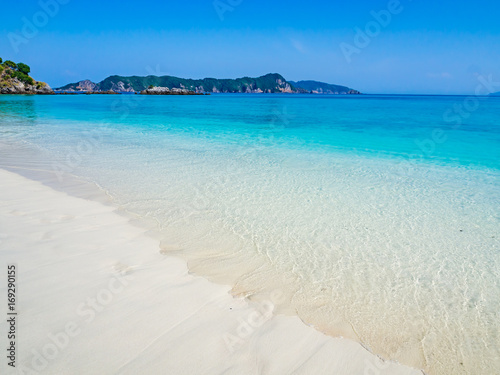 Foto op Aluminium Oceanië Clear sandy beach, turquoise sea and blue sky for summer vacation.