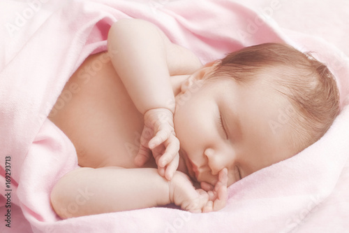 Photo  Newborn baby girl sleep on pink blanket