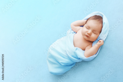 Fotografía  Newborn baby boy sleep on blue blanket