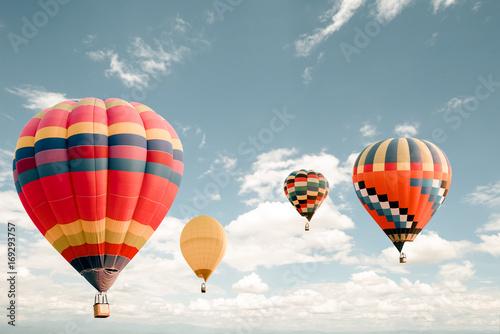 Zdjęcie XXL Vintage balonem latania na niebie. podróży i transportu powietrznego pojęcie - rocznika i retro filtra skutka styl. karnawał balonowy w Tajlandii