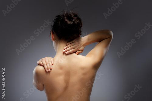 Zdjęcie XXL Kobieta masuje ból z powrotem