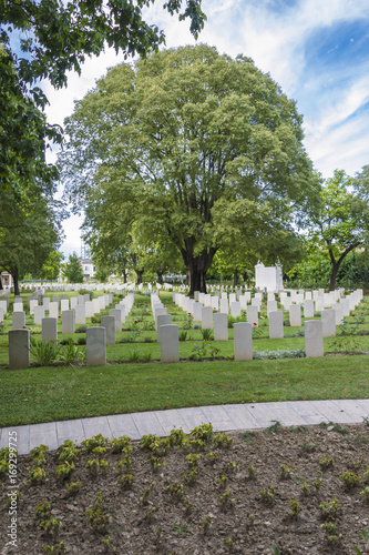 In de dag Begraafplaats Rows of white headstones at the British Indian Army Cemetery of war placed in Forli, Italy (second world war).