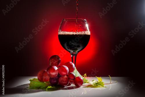kieliszek-czerwonego-wytrawnego-wina-na-czerwonym-podswietlonym-tle