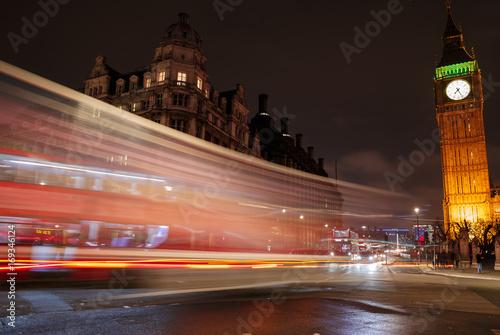 Fototapeta Nocne zdjęcie z długimi czasami ekspozycji pokazujące rozproszoną gamę szlaków sygnalizacji świetlnej, obszar Westminster i Big Ben w Londynie, Anglii, Wielkiej Brytanii