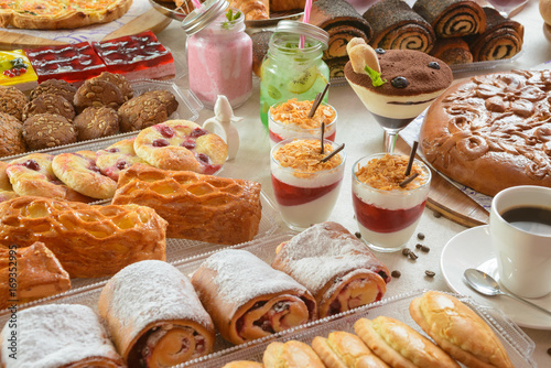 stol-z-slodyczami-cukierniczymi